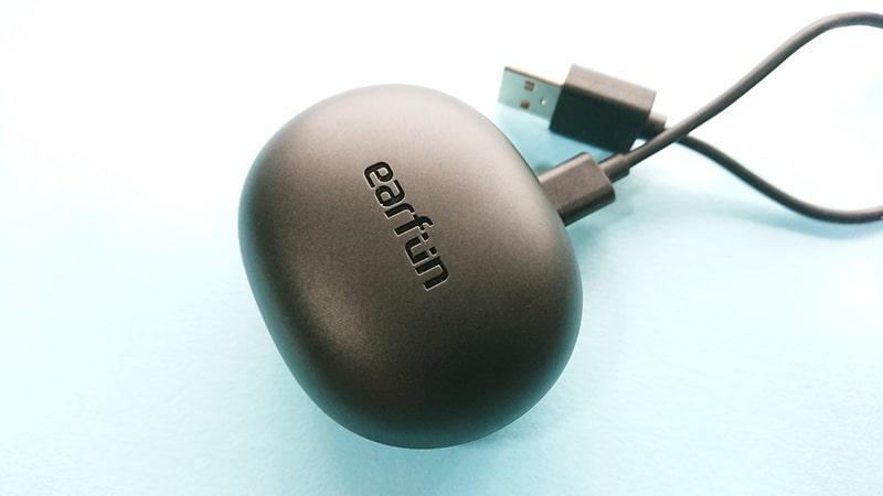 earfun-Air-pro2の充電ケースとケーブル接続